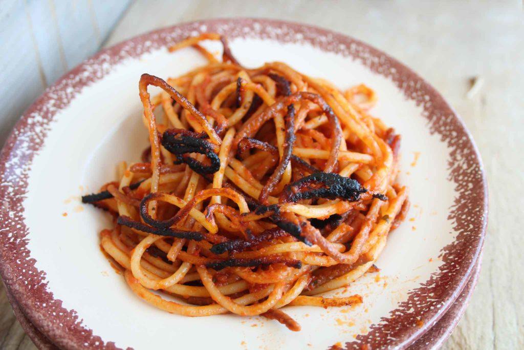 Spaghetti all'assassina, uno dei 4 piatti tipici di Bari